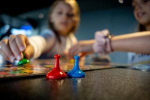 Gemeinsame Spieleabende in der Quarantäne entspannen, machen Spaß und fördern auch die Kreativität der Kinder.
