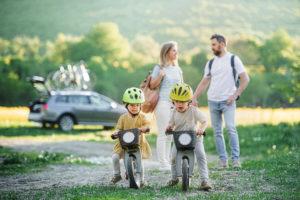 Mit dem Fahrrad in Urlaub. Aber zuerst die Räder mit dem Auto transportieren.