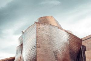 Das Guggenheim Museum im Bilbao gehört zu den architektonisch schönsten Museen der Welt. Foto rubenchase via Envato